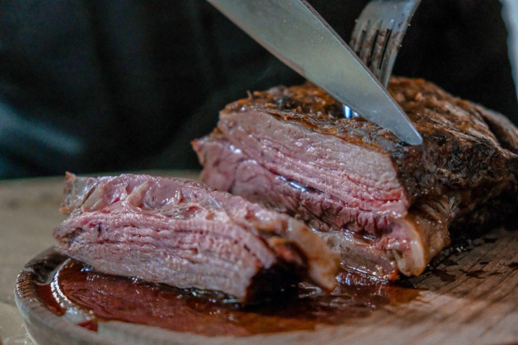 肉にナイフとフォーク