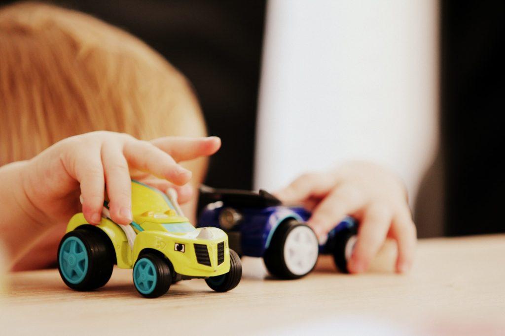 車で遊ぶ幼児